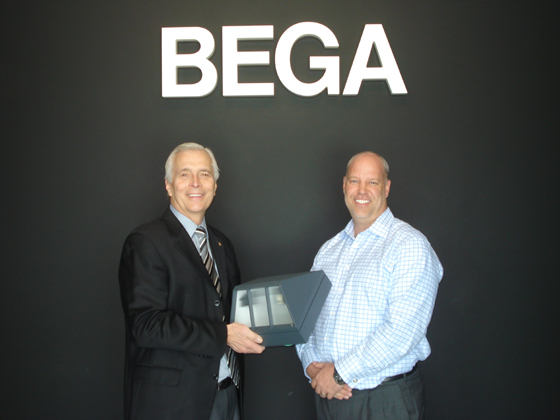 <p>Paul Didier, left, president and CEO of United Way of Santa Barbara County, accepts luminaires for Santa Barbara&#8217;s Bohnett Park from Don Kinderdick, president of BEGA-US.</p>