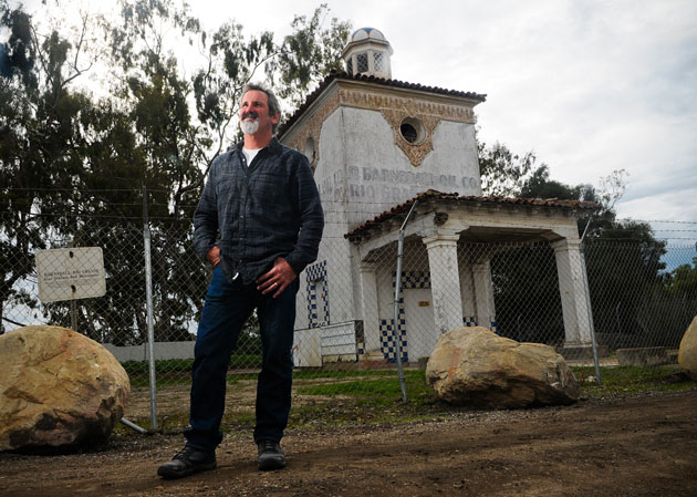 The Barnsdall-Rio Grande gas station on the far west end of Hollister Avenue is a Goleta landmark. Tom Modugno wants it to be treated as such. (Lara Cooper / Noozhawk photo)