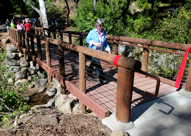 A new span over Mission Creek was dedicated Thursday at the Santa Barbara Botanic Garden, replacing the Campbell Bridge that was destroyed in the 2009 Jesusita Fire. (Lara Cooper / Noozhawk photo)