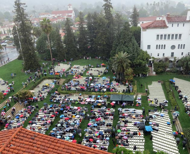 In spit of the rain, the Sunken Garden slowly filled up with worshipers Sunday morning. (Gina Potthoff / Noozhawk photo)