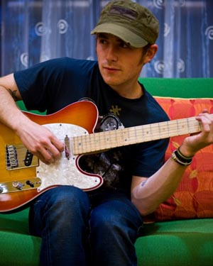 Singer-songwriter Jason Reeves will give a free concert at The HUB at UCSB on Tuesday.