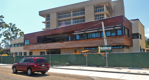 Construction on UCSB's Ocean Sciences Education Building, stalled by a dispute with now-defunct Melchiori Construction Co., is back on track. (Lara Cooper / Noozhawk photo)