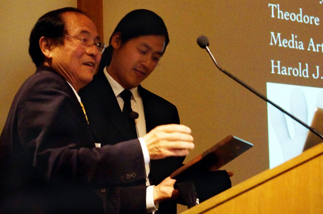 <p>UCSB Chancellor Henry Yang, left, introduces 2014 Plous lecturer Theodore Kim.</p>