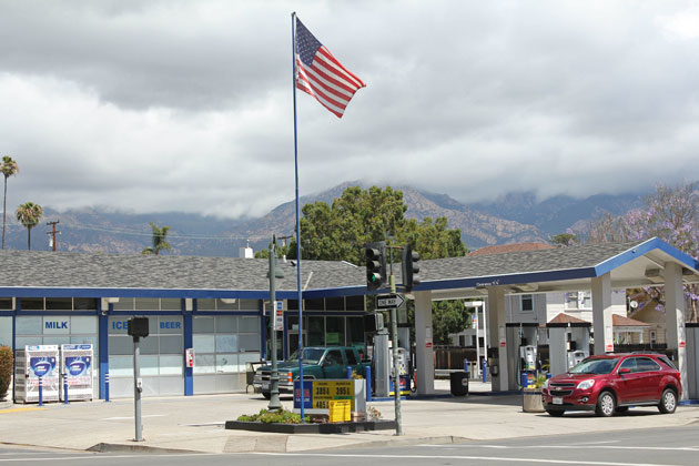 USA Gas plans to convert its service station at 340 W. Carrillo St. into a mini-mart, but two Santa Barbara planning commissioners believe the building should comply with El Pueblo Viejo historic district design rules.