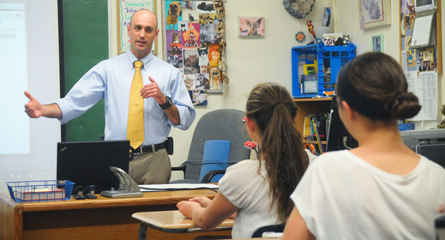 <p>Santa Barbara County sheriff&#8217;s Detective Joe Schmidt tells Laguna Blanca students how he helped solve a recent burglary at the school, using the incident as a learning opportunity.</p>