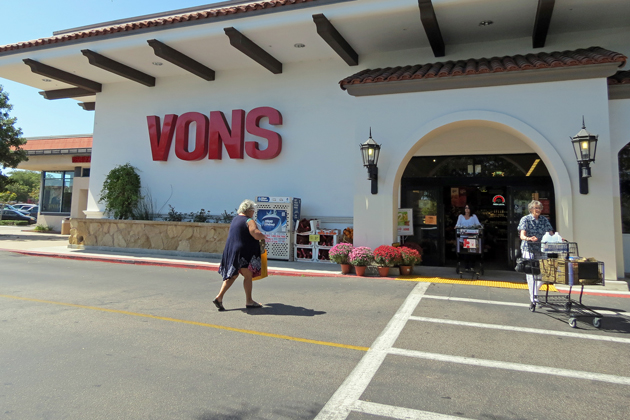 Santa Barbara County employees have filed a class action lawsuit against Vons, alleging the grocer failed to pay overtime wages. One of the employees worked at the Vons in La Cumbre Plaza, shown here.