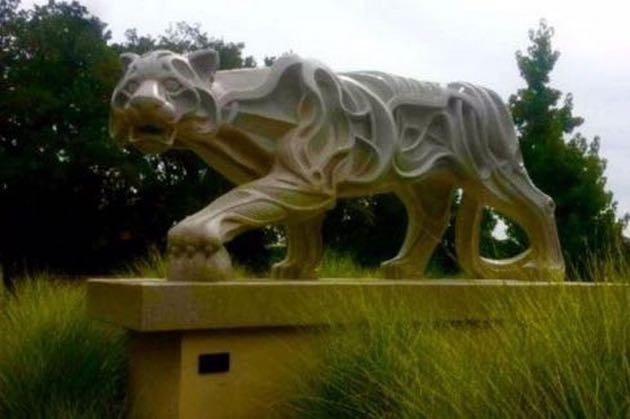 At 14 feet tall, this Sculpterra Winery & Sculpture Garden cat weighs in at 17,000 pounds.