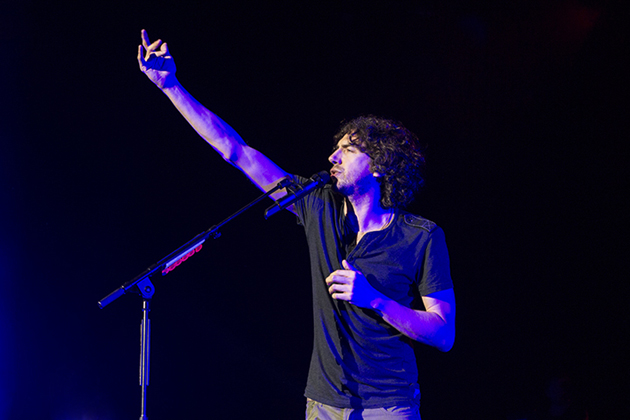 Snow Patrol singer Gary Lightbody takes center stage. (Garrett Geyer / Noozhawk photo)