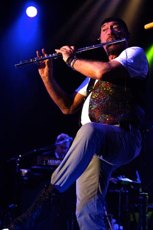 Ian Anderson plays the flute while standing on one foot. (Gary Lambert / Noozhawk photo)