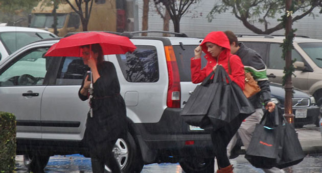 Umbrella coverage was recommended at Camino Real Shopping Center in Goleta during the first major storm in ... quite a while. (Zack Warburg / Noozhawk photo)