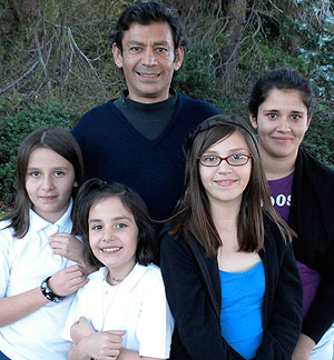 Rudy Carlos and his daughters.