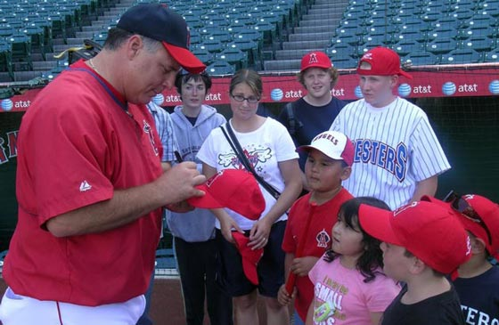 <p>Anaheim Angels manager Mike Scioscia meets with Hugs for Cubs kids during a Santa Barbara Foresters outing at Angel Stadium of Anaheim.</p>