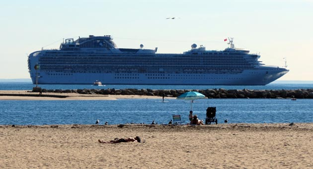 More than 2,000 visitors disembarked from the Sapphire Princess cruise ship for a day of sight-seeing and shopping during its Jan. 17 port call in Santa Barbara. The luxury liner was the first of 18 that will drop anchor this spring. (Gina Potthoff / Noozhawk photo)