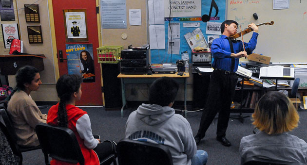 Violinist Timothy Chooi has Santa Barbara Junior High students on the edge of their seats during an intimate performance Friday in their music class. (Lara Cooper / Noozhawk photo)
