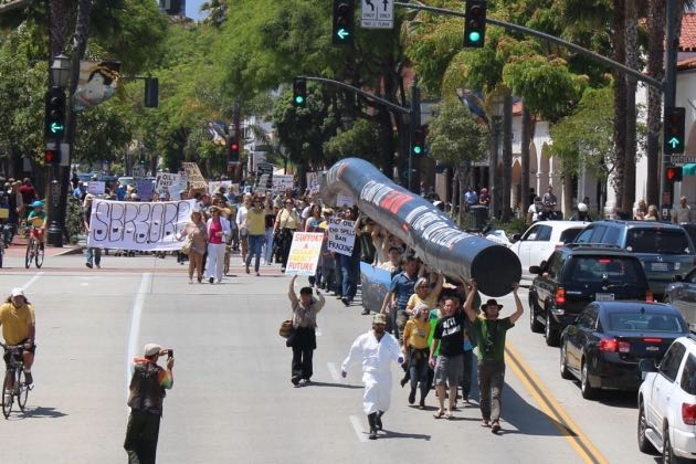 Anti-oil protesters in Santa Barbara pipe up over a pipe down. (Urban Hikers photo)