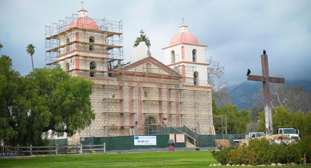 Despite the scaffolding surrounding the front of the Santa Barbara Mission, the church and its sanctuary are still open for worship services. Crews are patching the facade as part of a larger $1.3 million restoration project. (Lara Cooper / Noozhawk photo)