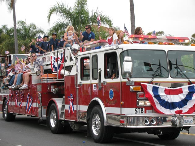 The Santa Barbara Fire Department's ladder truck drew a long look from spectators during Saturday's Spirit of '76 Foundation parade down State Street. (Giana Magnoli / Noozhawk photo)