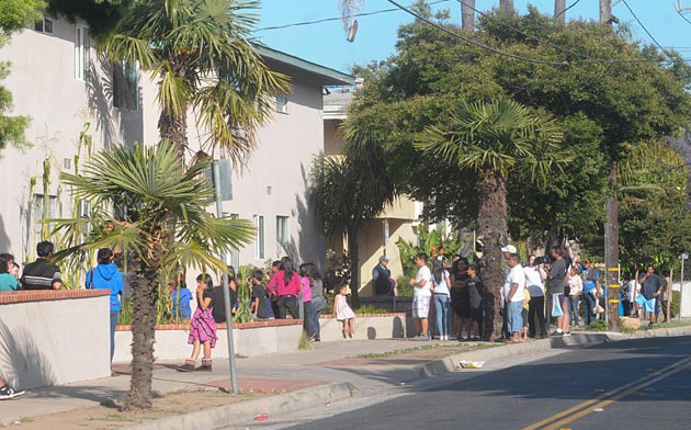 Hundreds of residents were evacuated from the El Carrillo Apartments on Santa Barbara's Westside on Saturday as police officers searched for a gunman believed to be holed up in one of the units. The apartment was later found to be empty. (Lara Cooper / Noozhawk photo)</div></div>
