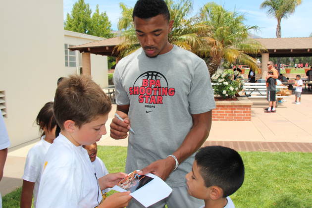 Orlando Johnson signs autographs.