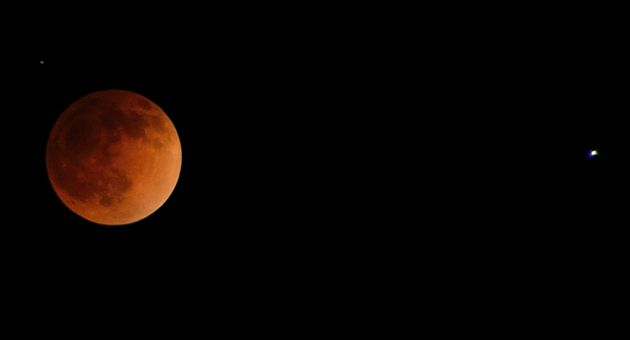 Dale Weber was one of many Noozhawk readers to send in photos of this week's spectacular blood moon. (Dale Weber photo)